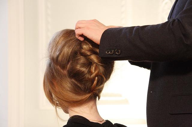 髪をアップにする女性