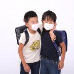 マスクの小学生