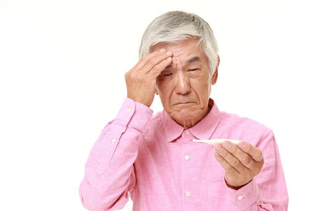 熱を測る男性