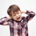 耳を抑える子供
