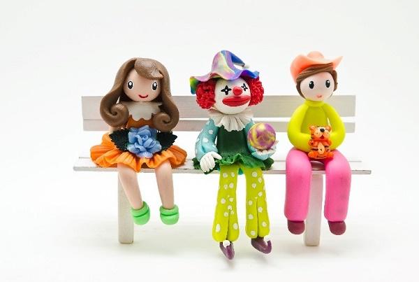 ベンチに腰掛ける人形