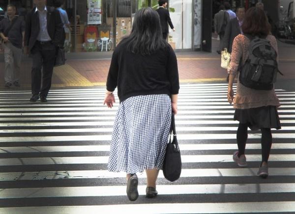 横断歩道を渡る女性