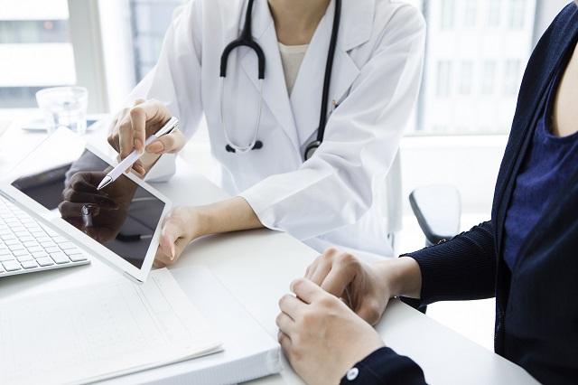 医師と相談する患者