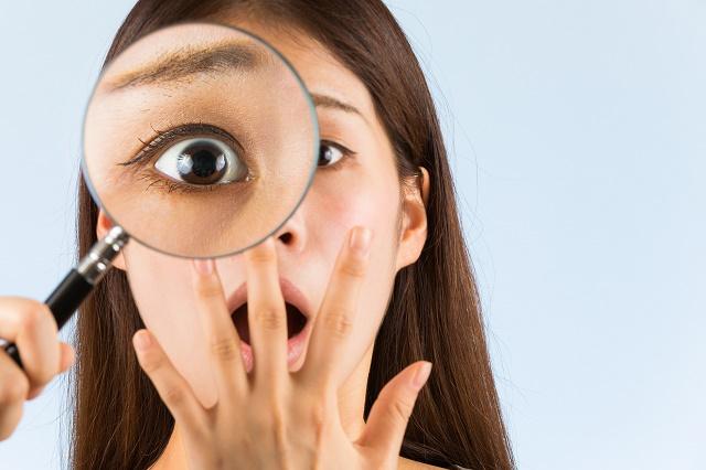 虫眼鏡と驚く女性
