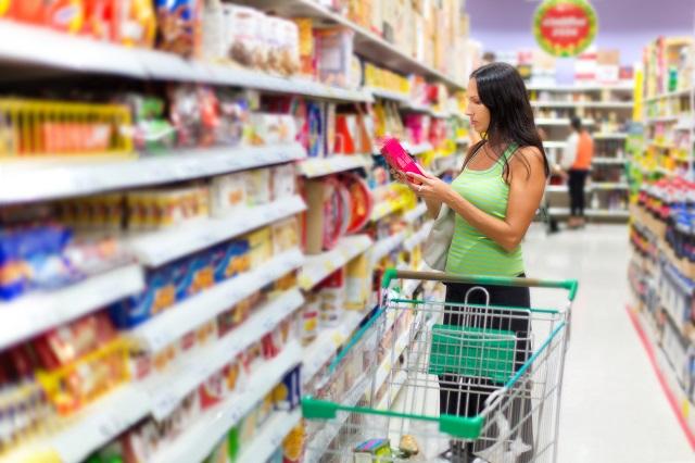 食品表示を確認する女性