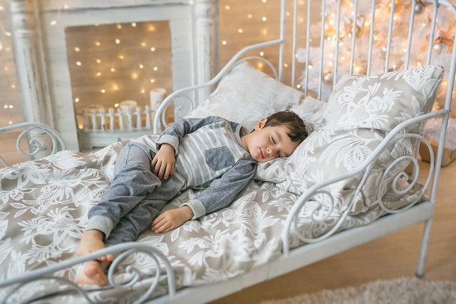 ベッドで眠る子ども