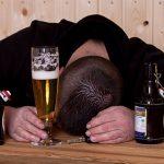 酔いつぶれた男性