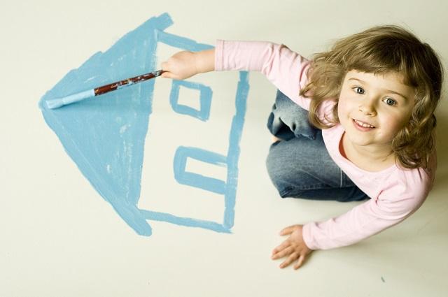 家の絵を描く女の子