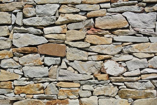 不規則に積まれた石