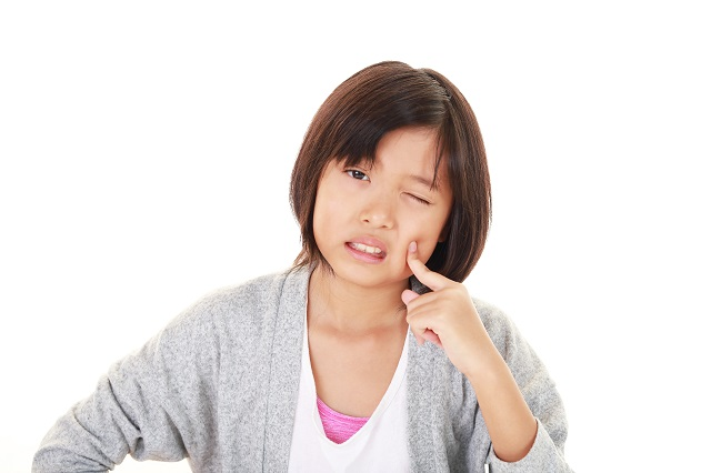 顔の痛みを訴える少女