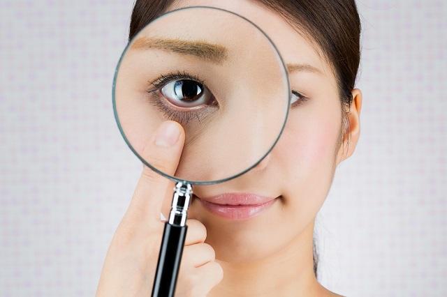 目を拡大する女性