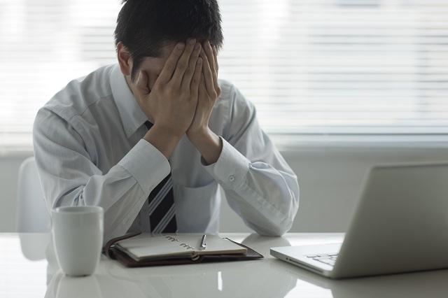 職場でひどく落ち込む男性