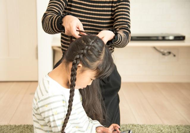 三つ編みを編む女の子