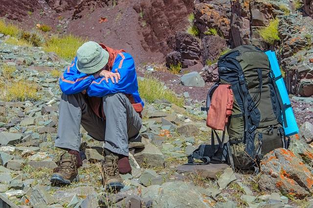 高山病で苦しむ登山客