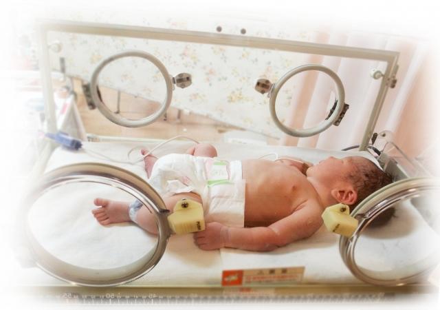 保育器で寝ている赤ちゃん