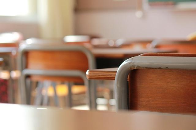 教室の椅子と机